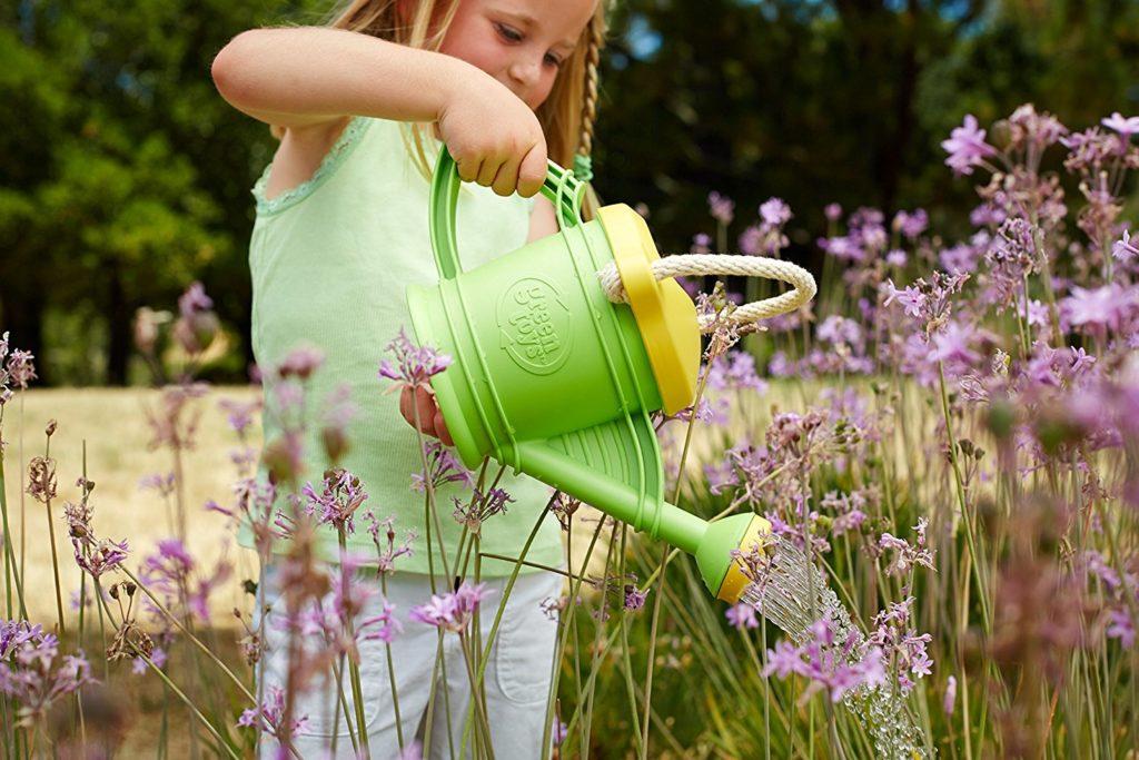 Ein Mädchen gießt den Garten