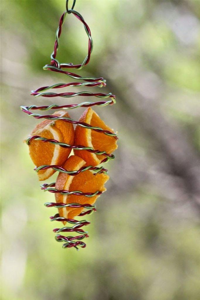 Eine Orange in einem Draht