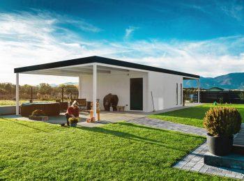 Eine montierte Garage von GARDEON mit einer Überdachung für Relax