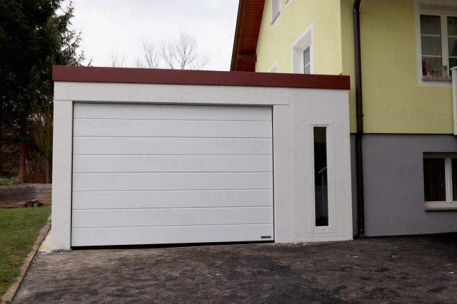 Eine montierte Garage schlicht in weiß mit einem roten Dach