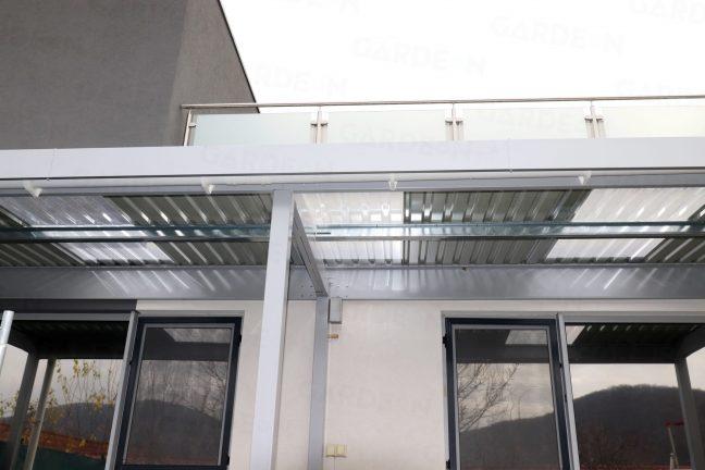 Das Dach der montierten Pergola von GARDEON