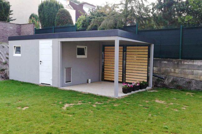 Ein Gartenhaus mit Öffnung für die Katze