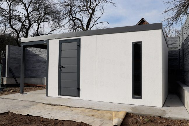 Ein montiertes Gartenhaus für die Lagerung vom Werkzeug