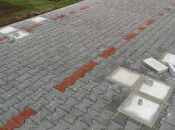 Eine Pflasterung mit Fußpunkten aus Beton