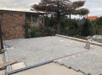 Pflasterung mit Fußpunkten aus Beton