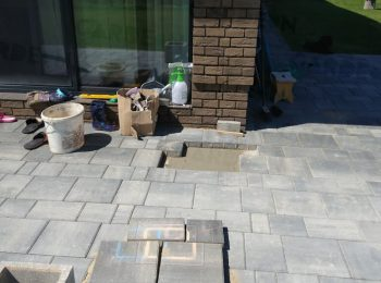 Ein Fußpunkt aus Beton unter einer Pflasterung