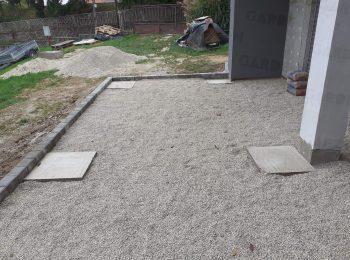 Fußpunkte aus Beton in einer Straßenschotter-Schicht