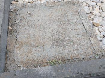 Fußpunkt aus Beton in einer Straßenschotter-Schicht