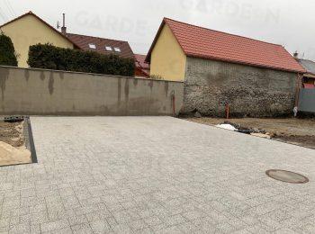 Fußpunkte aus Beton unter einer Pflasterung