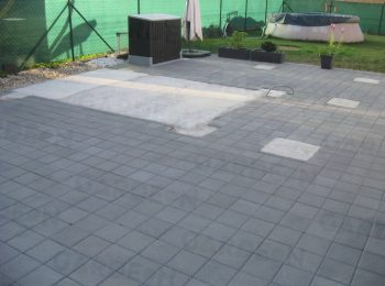 Fußpunkte aus Beton und eine Pflasterung