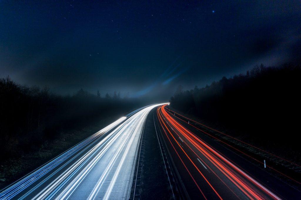 Die Autobahn in der Nacht