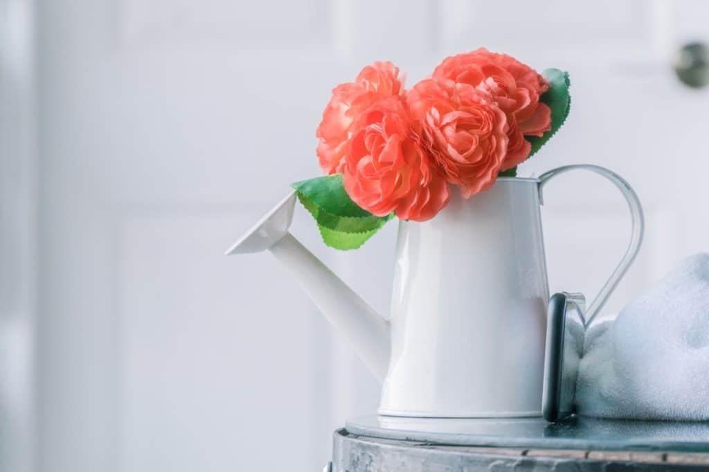 Ein Blumenstrauß in einer Gießkanne