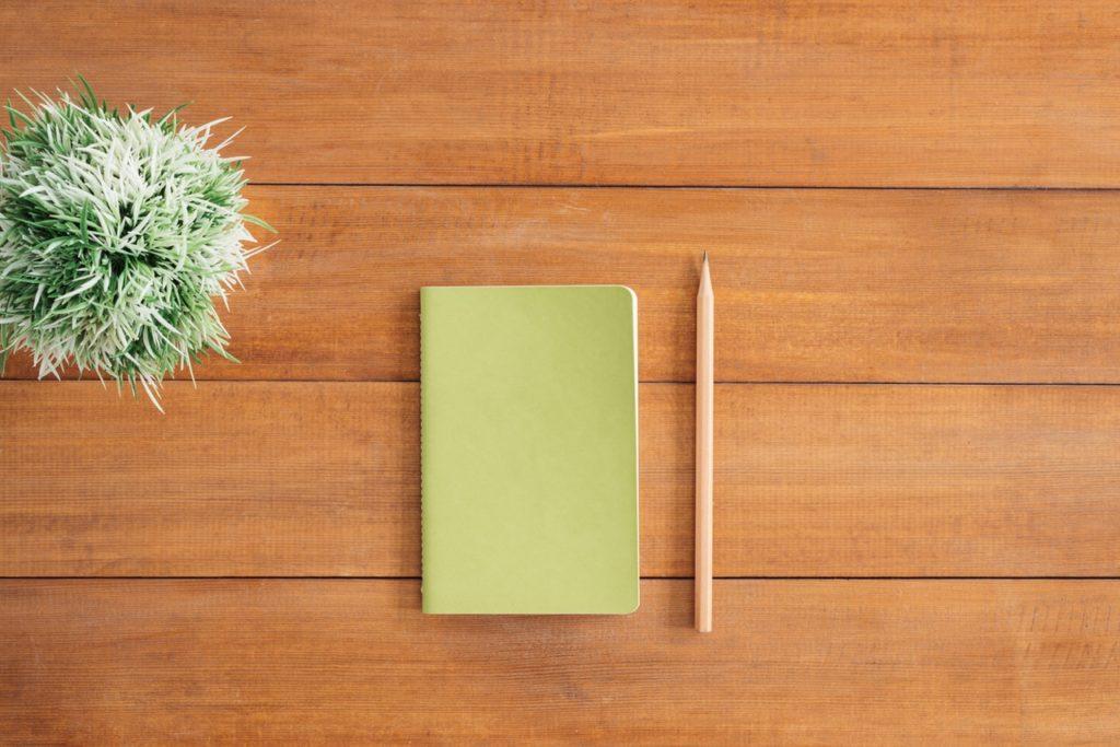Ein Notizbuch und Bleistift auf dem Tisch