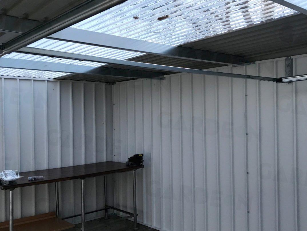 Eine Kombination der üblichen Trapez-Dachdeckung mit Streifen aus Polykarbonat