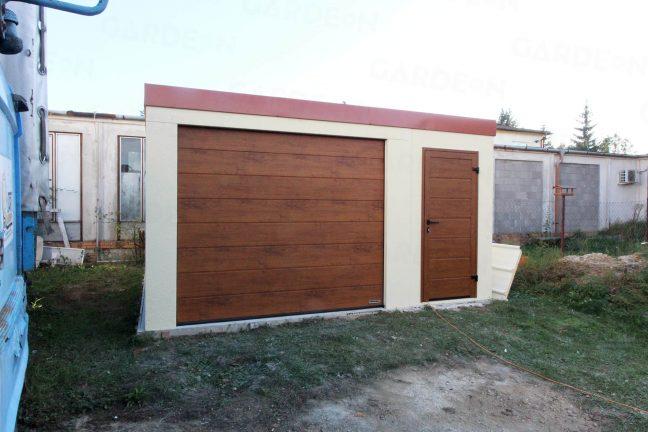 Eine Garage von GARDEON mit roter Dachdeckung