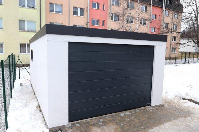 Garage vor einem Wohnhaus