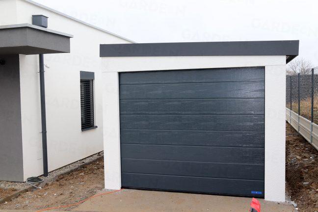 Garage für 1 Auto beim weißen Familienhaus