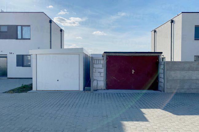 Eine montierte und eine gemauerte Garage