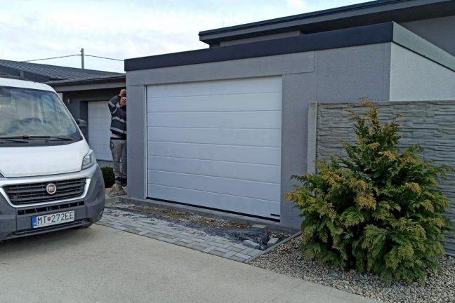 Eine 1-Auto-Garage mit einem weißen Tor