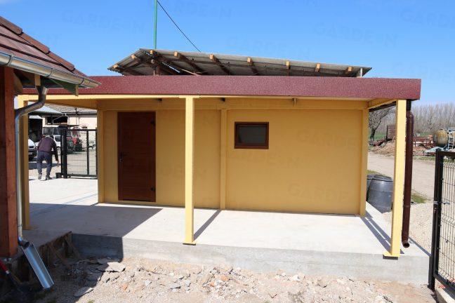 Eine 1-Auto-Garage mit Überdachung