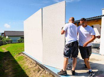 Das Zusammenstellen der Wände für eine Garage