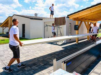 Die gedämmten Dachpaneele werden zum Bauwerk getragen
