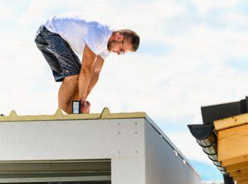 Der Monteur befestigt das Dachpaneel