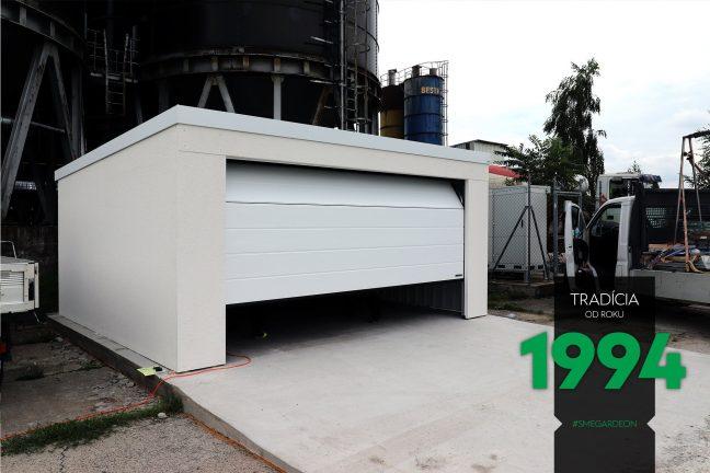 Öffnen des Tores an einer großen weißen GARDEON Doppelgarage