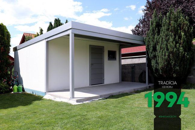 Weißes Gartenhaus und Überdachung von GARDEON mit dem Zubehör in der Farbe Aluminium-weiß