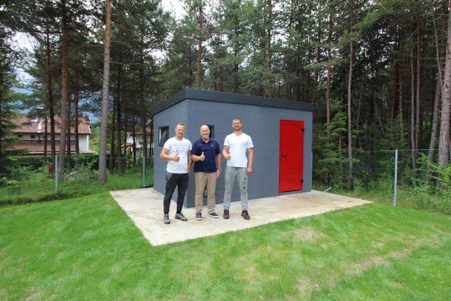 Der Kunde vor seinem neuen Design-Bauwerk von GARDEON