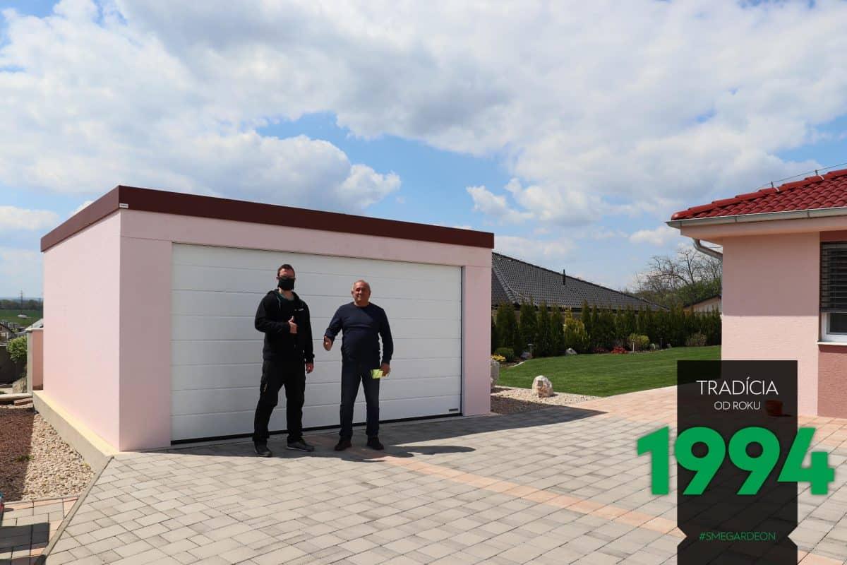 Ein Kunde mit unseren Monteur vor seiner neuen pinken Garage