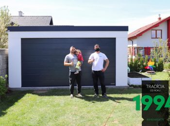 Eine zufriedene Familie vor ihrer GARDEON Garage in weiß