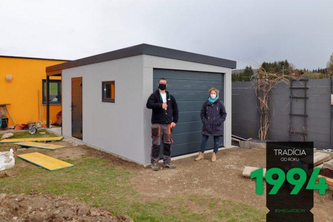 Lichtgraue Einzelgarage GARDEON mit Überdachung an der Hinterseite