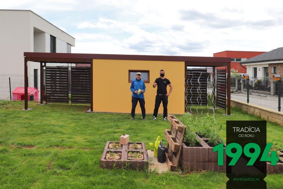 Ein zufriedener Kunde vor seinem neuen, individuellen Gartenhaus von GARDEON mit 2 Überdachungen an den Seiten