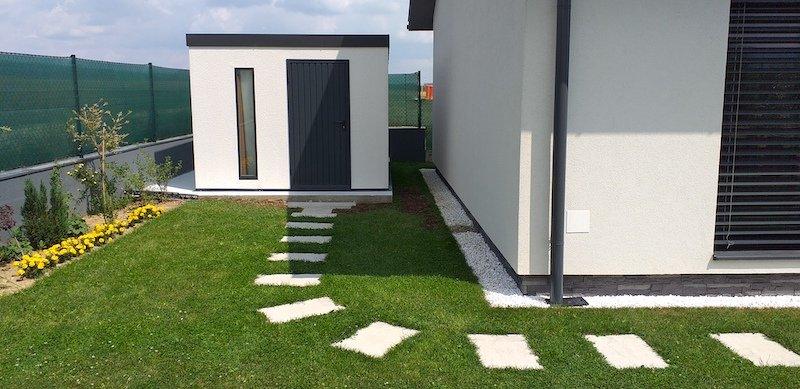Gartenhäuschen von GARDEON neben einem modernen Familienhaus