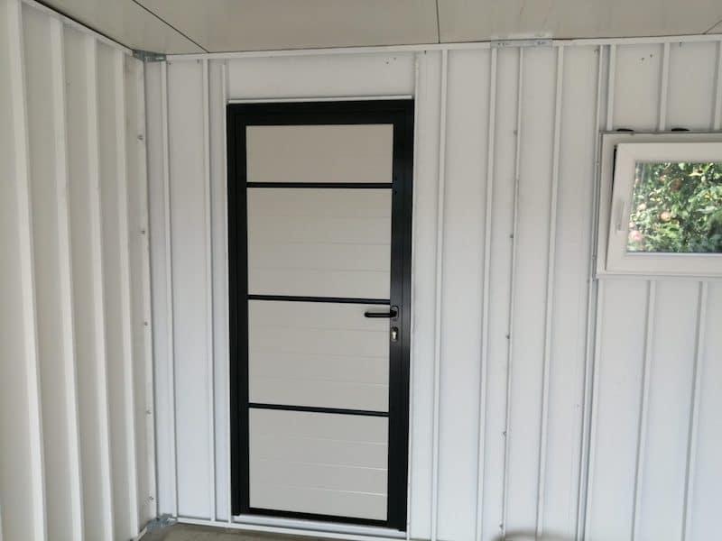Die Tür in einer ungedämmten Wand