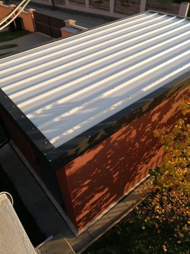 Die weiße Dachdeckung an der Garage unserer Kollegin