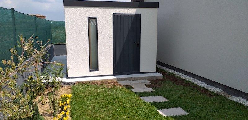Schlichtes und modernes Gartenhaus von GARDEON in weiß