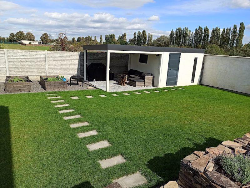 Design-Gartenhaus von GARDEON mit einer Überdachung inkl.