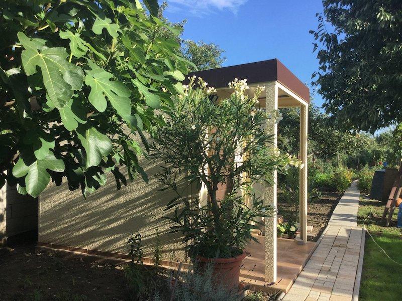 GARDEON Gartenhäuschen in der Mitte eines Gartens
