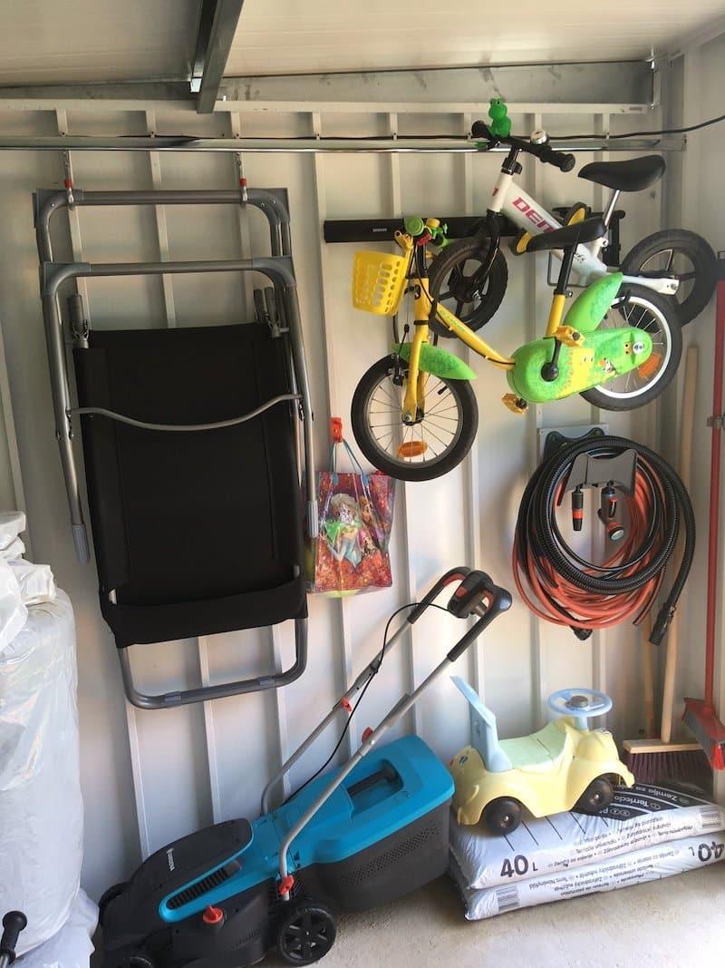 Lagerung von Spielzeug und Gartenwerkzeug in dem Innenraum eines Gartenhauses von GARDEON