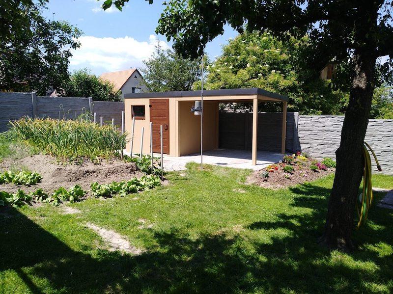 Modernes GARDEON Gartenhaus in einem gepflegten Garten