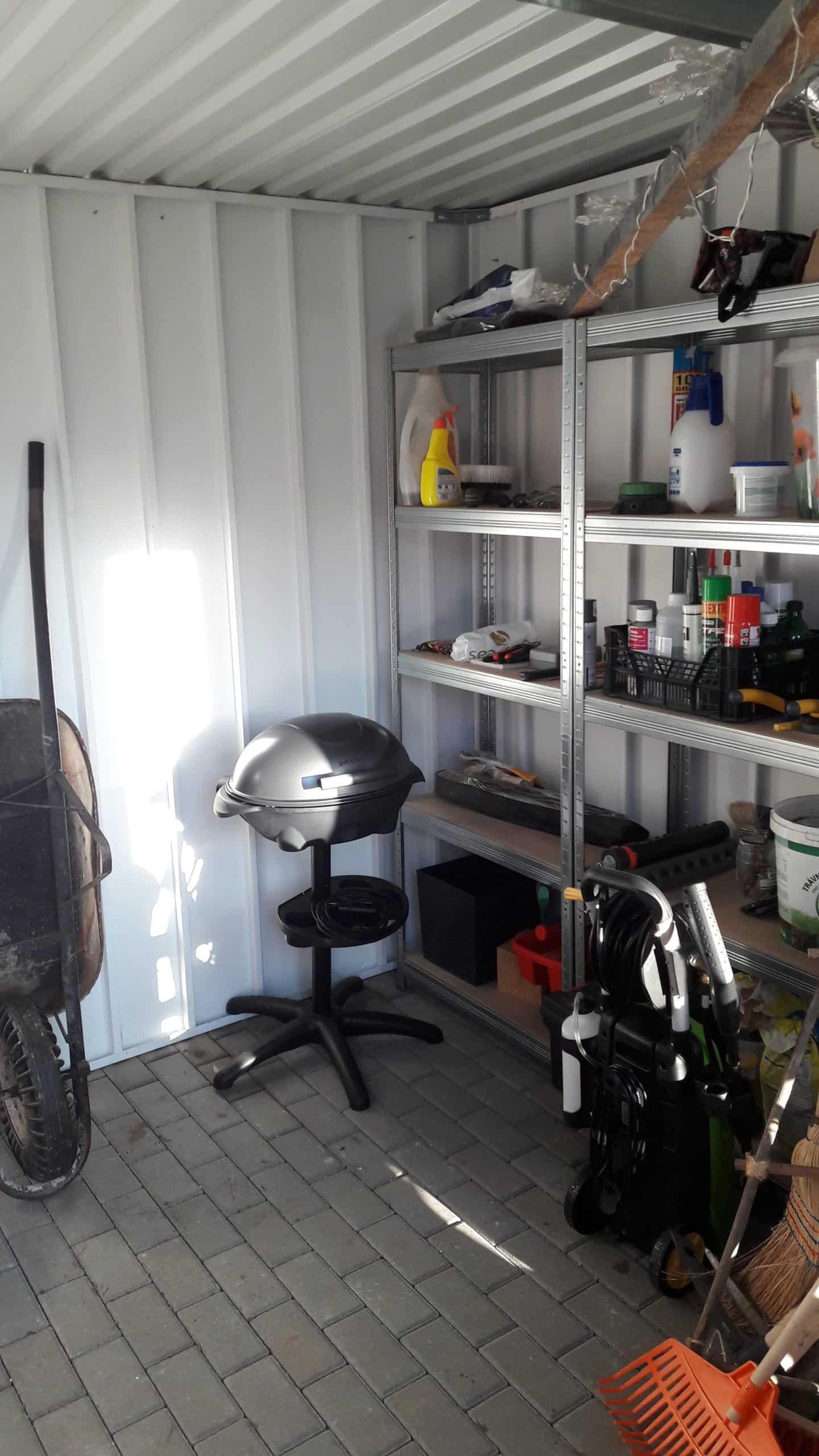 Der Innenraum eines ungedämmten Gartenhauses von GARDEON
