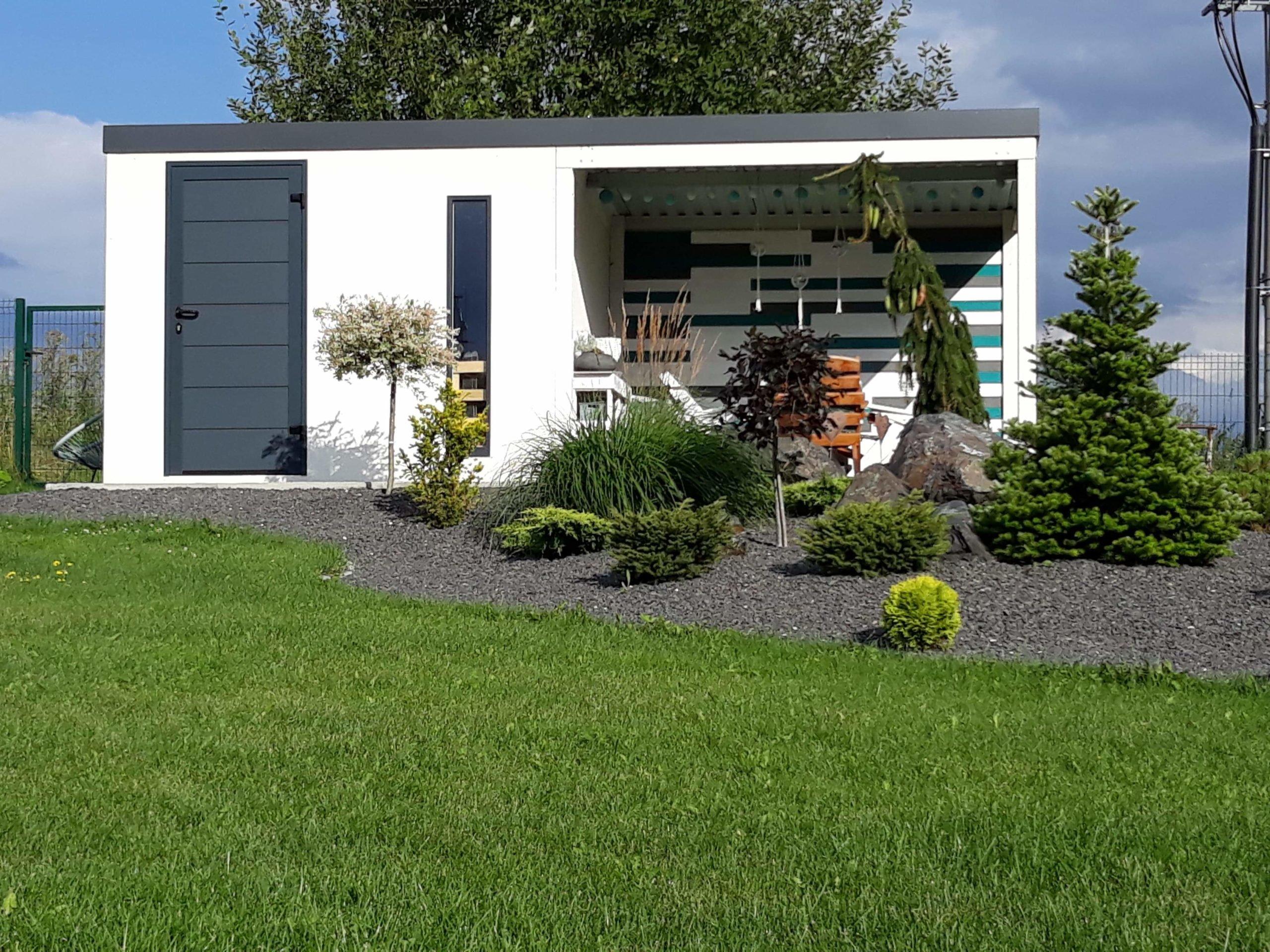 Design-Häuschen von GARDEON in einem gepflegten Garten