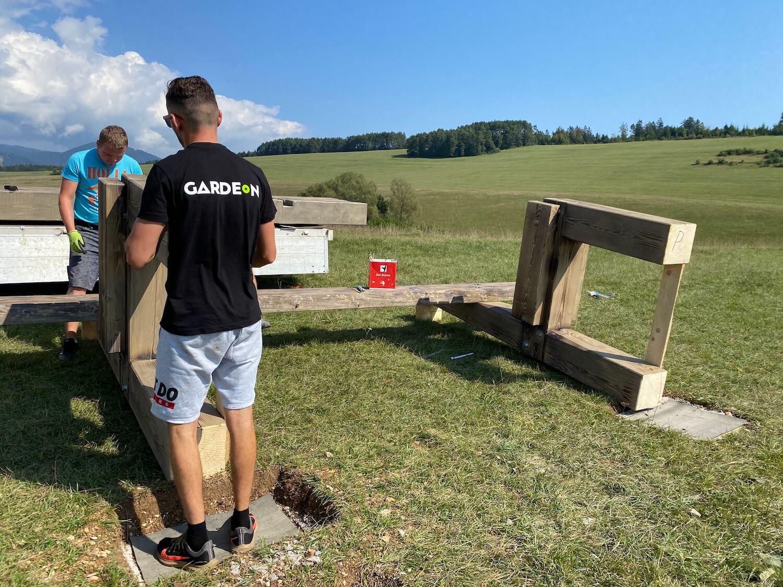 GARDEON Jungs bei der Montage der Holzbank