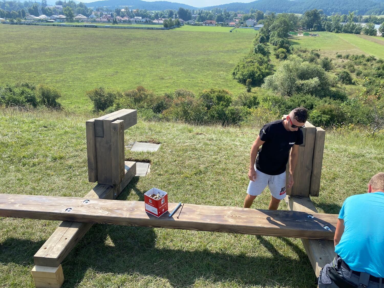 Die Montage der Holzbank von GARDEON