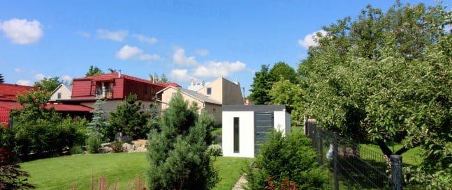 Gartenhaus GARDEON in einem gepflegten Garten