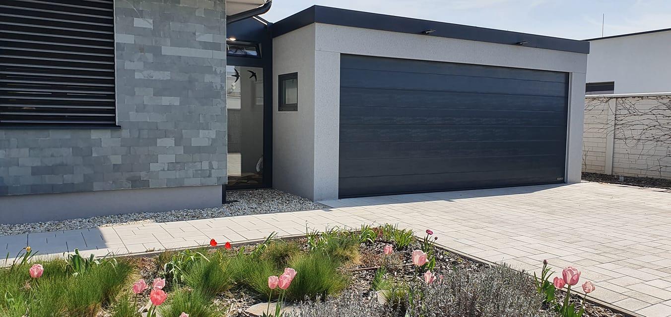 Einfache GARDEON Garage mit einer gepflegten Umgebung