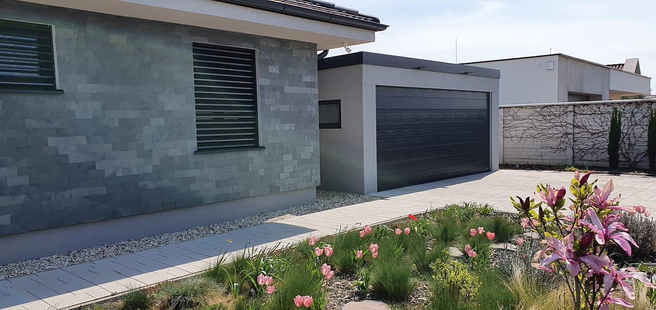 Schlichte weiße GARDEON Garage mit einer schönen Blumen-Umgebung
