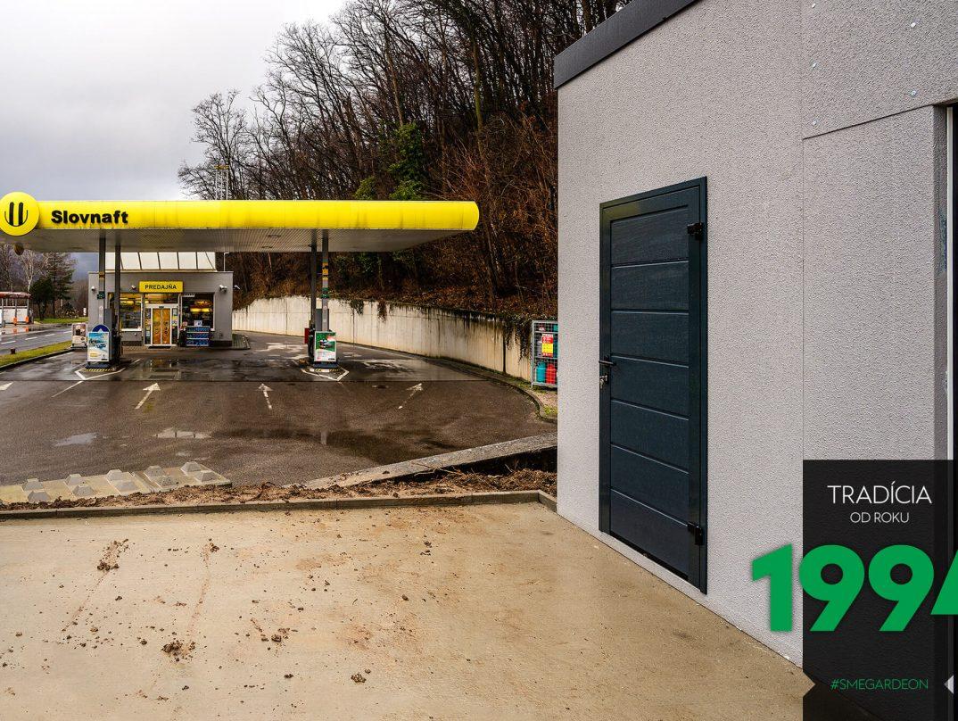Reihengarage von GARDEON neben einer slowakischen Tankstelle